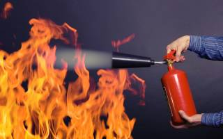 Сонник тушить пожар водой